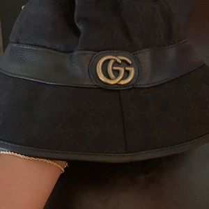 Black bucket hat with gold Gucci Logo